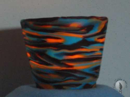 Ten stejný svícínek se zapálenou svíčkou uvnitř, v běžně osvětlené místnosti během dne