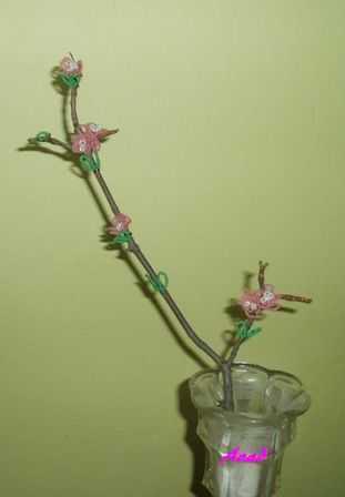 Větvička rozkvetlé třešně ve vázičce